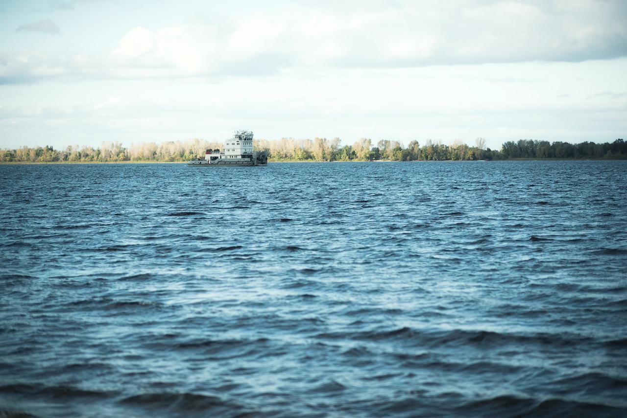 Одиноко плывущий корабль